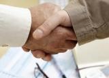 Poignee mains de main entre hommes   Validation contrat   Calepin telephone portable clavier ordinateur lunettes de vue