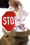 Mann holt Geld aus dem Sack, Stoppschild
